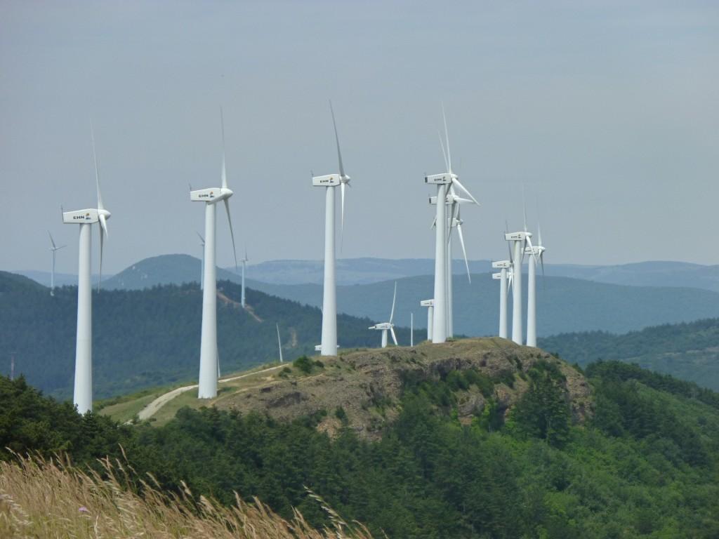 Rozsáhlé větrné farmy jsou obvyklé spíše za hranicemi než na našem území. Zdroj: https://pixabay.com